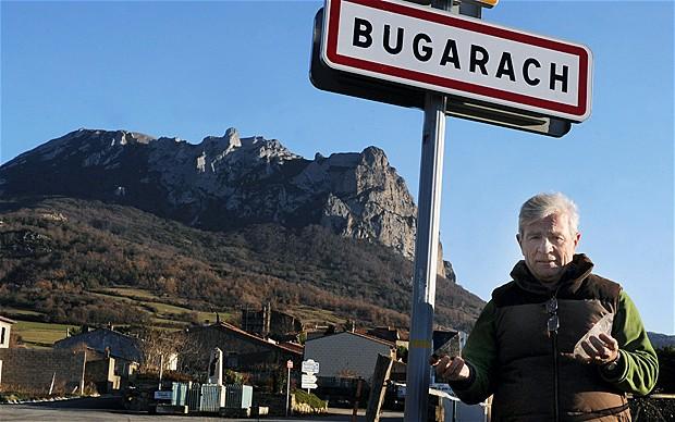 El alcalde de Bugarach con algunas de las piedras y amuletos retirados de la montaña.