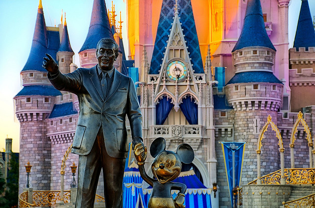 Estatua de Walt Disney y Mickey Mouse en el Magic Kingdom de Florida