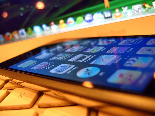 Imagen de un iPhone sobre un Mac