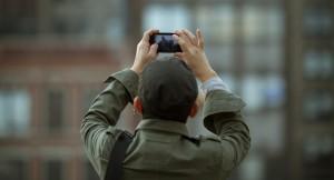 Chico utilizando su smartphone para hacer una foto