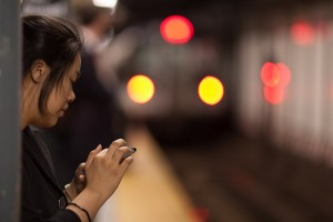 Chica utilizando un smartphone