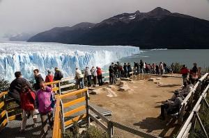 Turistas observando el glaciar Perito Moreno