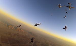 Paracaidistas saltando desde un avión en Eloy, Arizona