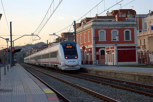 Unidad 449 pasando por la estación de Montcada i Reixac