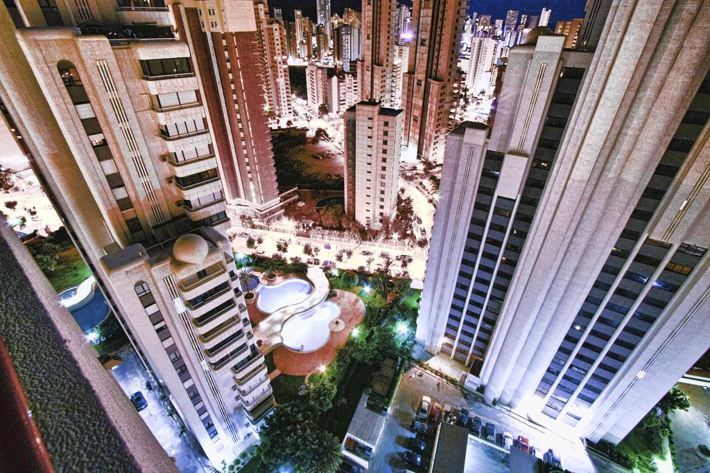 Vista nocturna entre los rascacielos de Benidorm