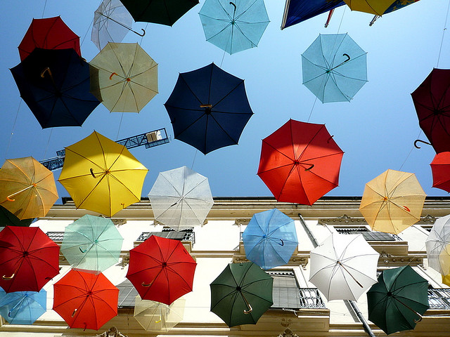 Paraguas colgando en una calle de Alicante