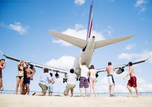 Avión pasando por encima de turistas en Sint Maarten